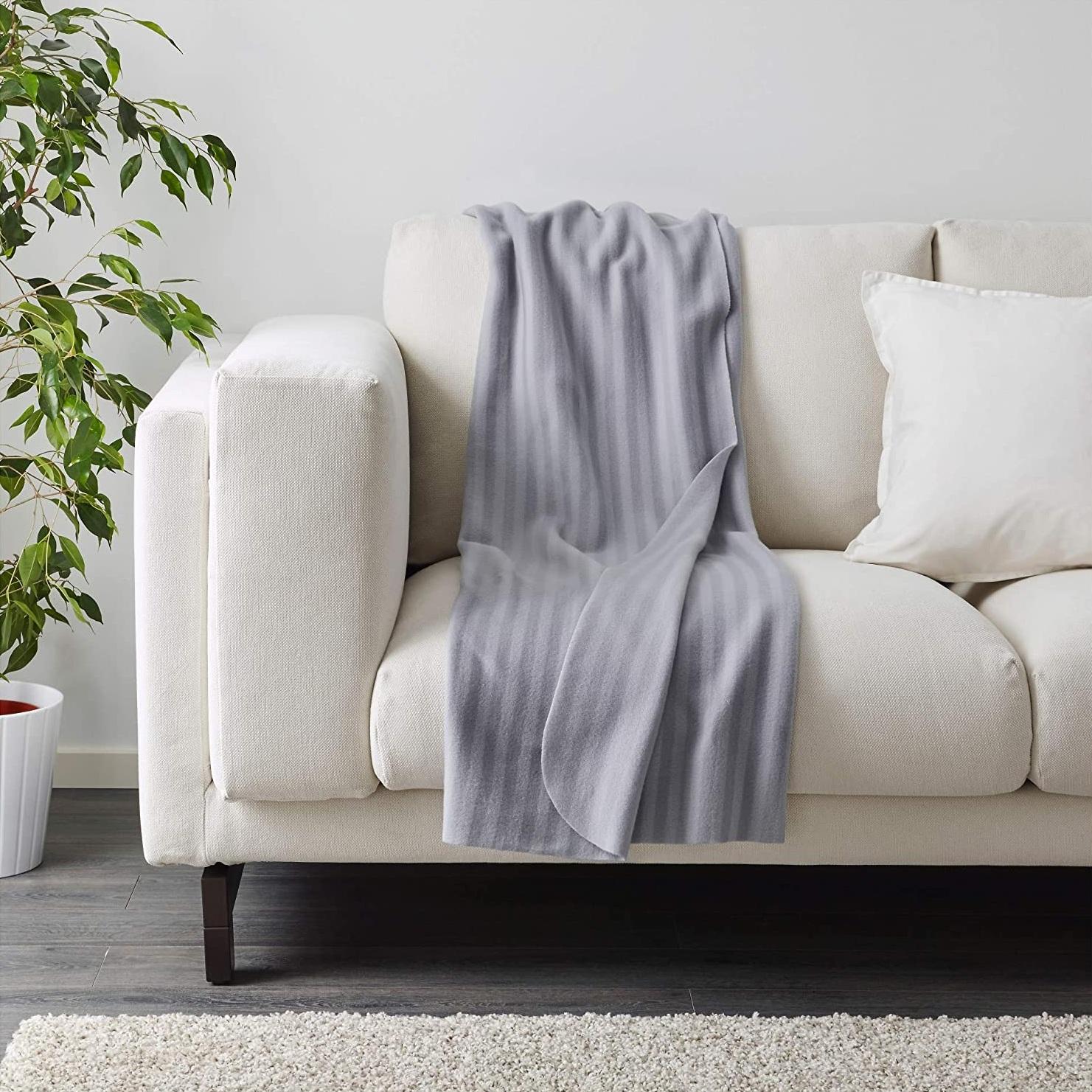 Sắm chăn sofa vừa xinh vừa ấm giá chỉ từ 98k - Ảnh 1.