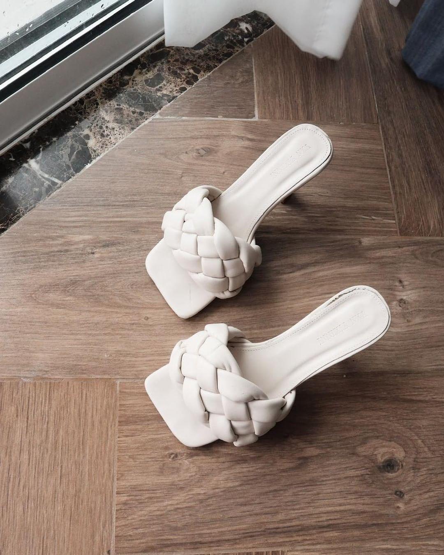 Tóc Tiên, Châu Bùi cùng diện đồ bơi với guốc mũi vuông quá hot, chị em sắm liền một đôi thôi nào - Ảnh 5.