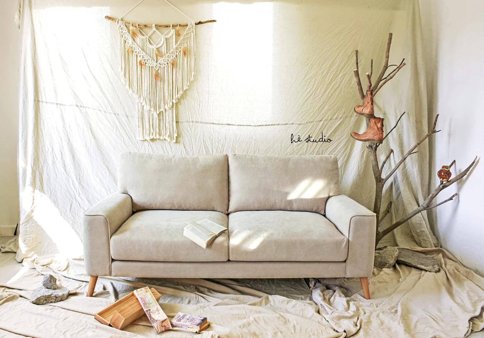 """Ngắm sofa xịn của sao Việt mà mê, ai muốn decor phòng khách sang xịn thì nên sắm 8 """"bé"""" này - Ảnh 11."""