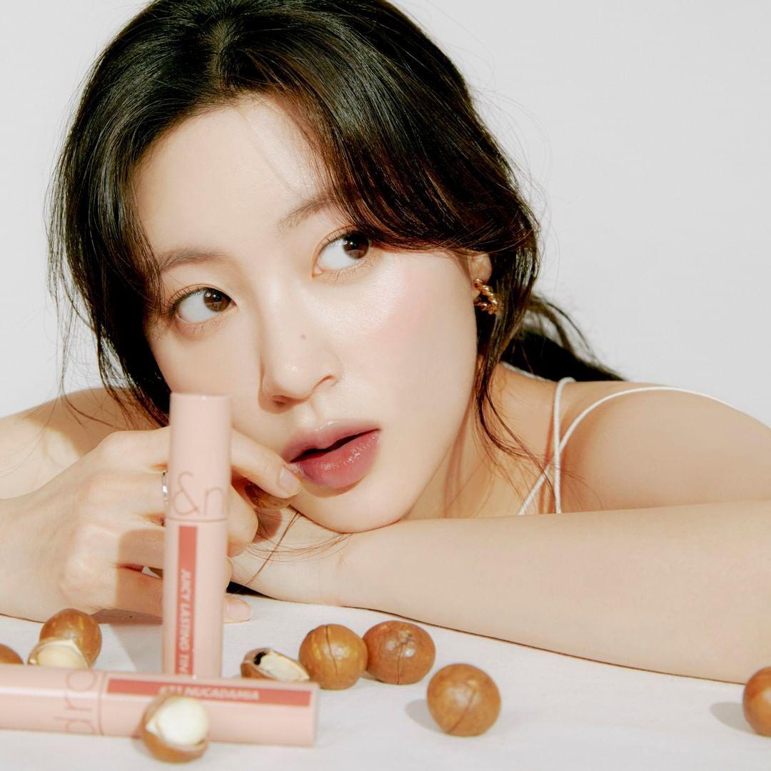4 màu son bóng đẹp đỉnh của Hàn: Giá dưới 300K, diện lên nhìn môi mọng ai cũng muốn hôn - Ảnh 1.